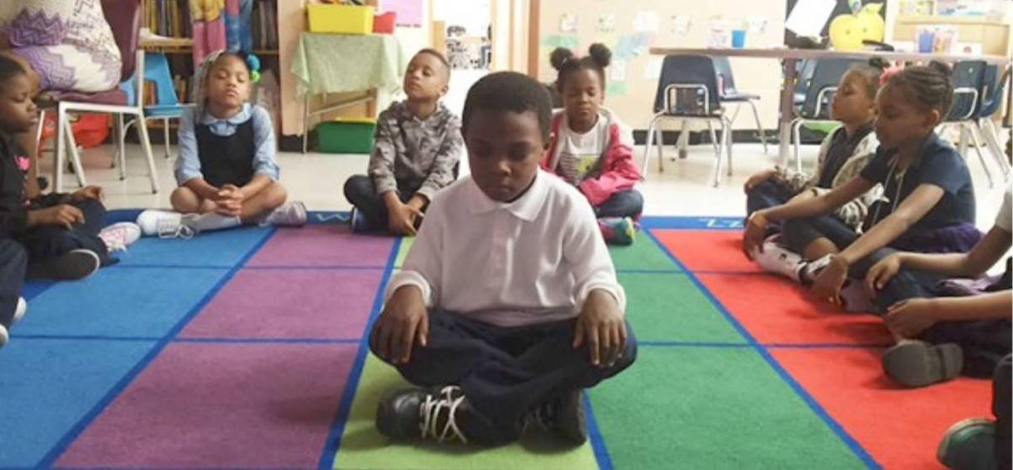 Meditação substitui punição em escola e o resultado é maravilhoso
